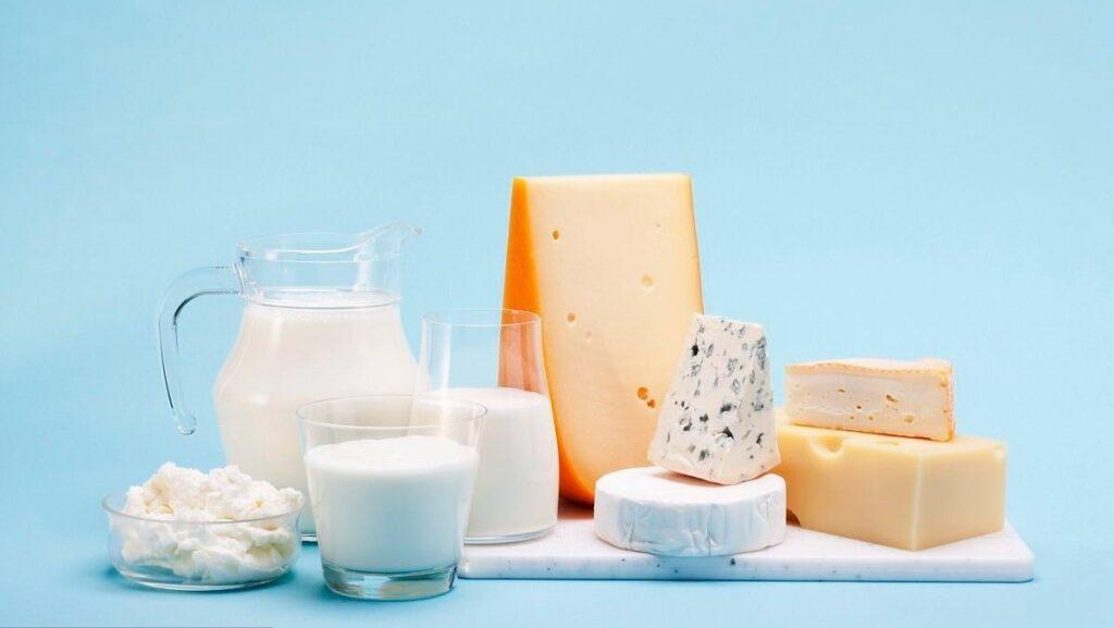 hạn chế hoặc tránh dùng sữa, pho mát