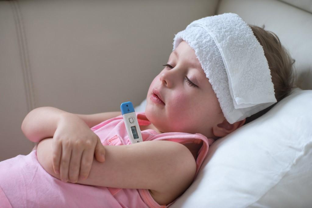Trẻ bị sốt cao là một trong những triệu chứng