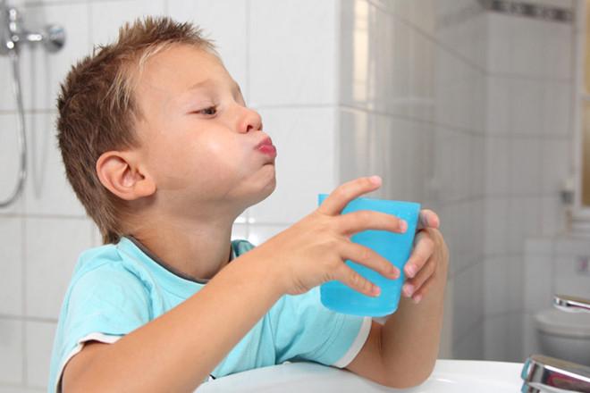 nước muối ấm sẽ giúp sát trùng, tiêu diệt vi khuẩn